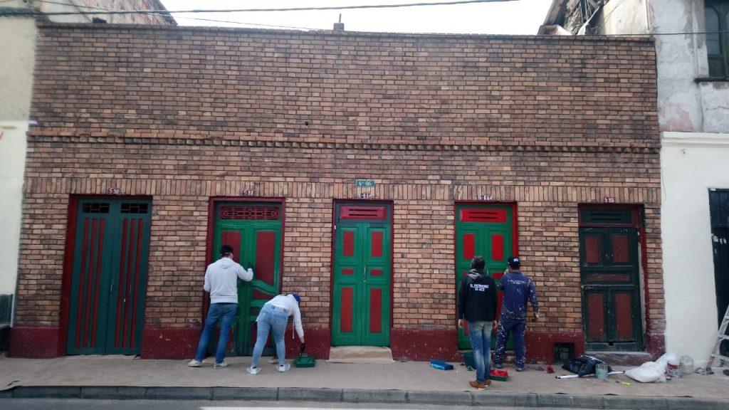 La jornada de voluntariado con Booking se desarrolló en la Calle 6, en el barrio Belén, localizado en el Centro Histórico de Bogotá.