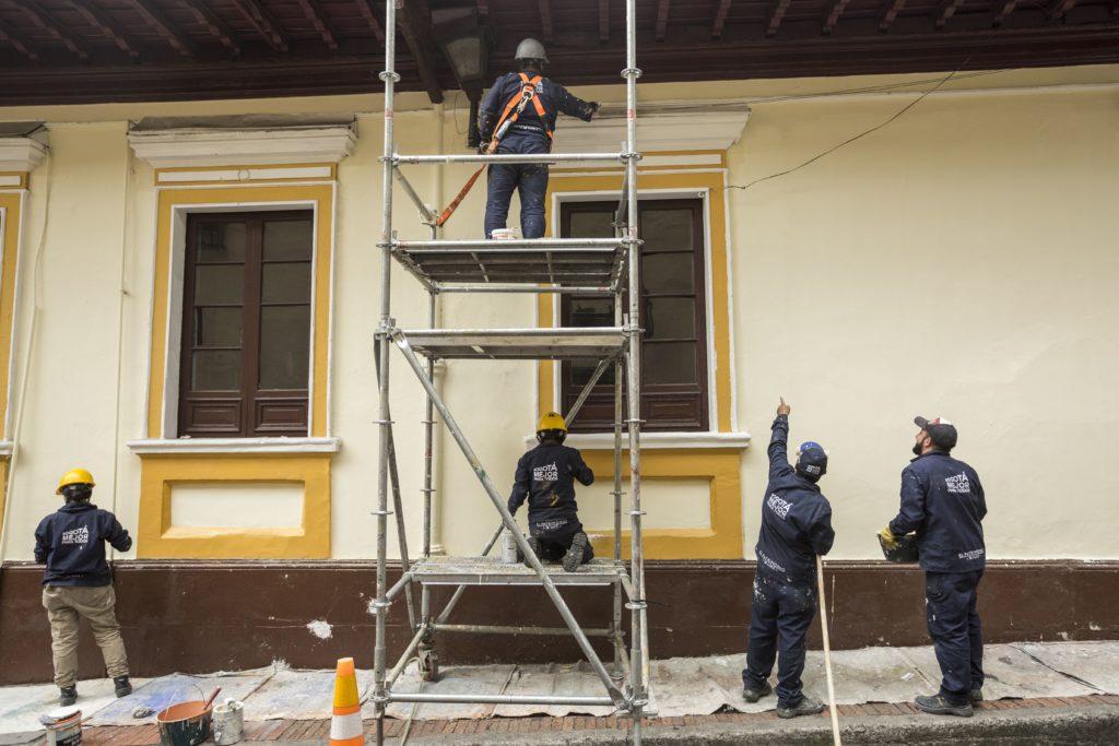 14asesoria técnica Cuadrilla en acción sobre la fachada calle 8 6 17, Fotografía Hanz Rippe 2018IPDC OPCIÓN 2-min