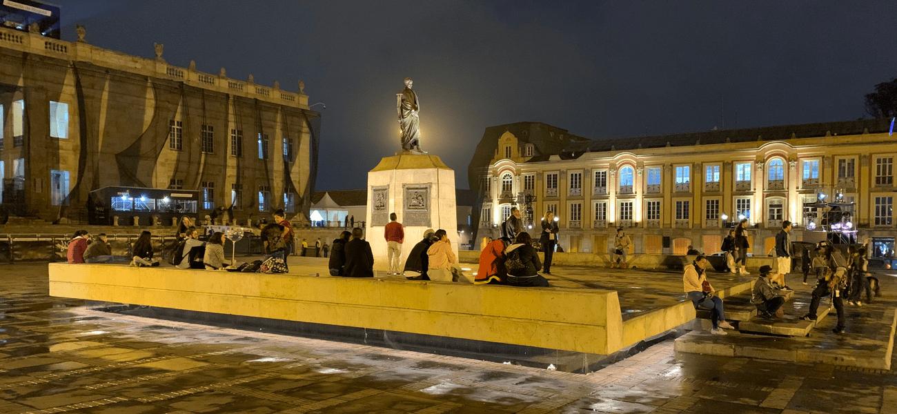 El monumento al libertadorde la plaza de Bolívar ya brilla con luz propia