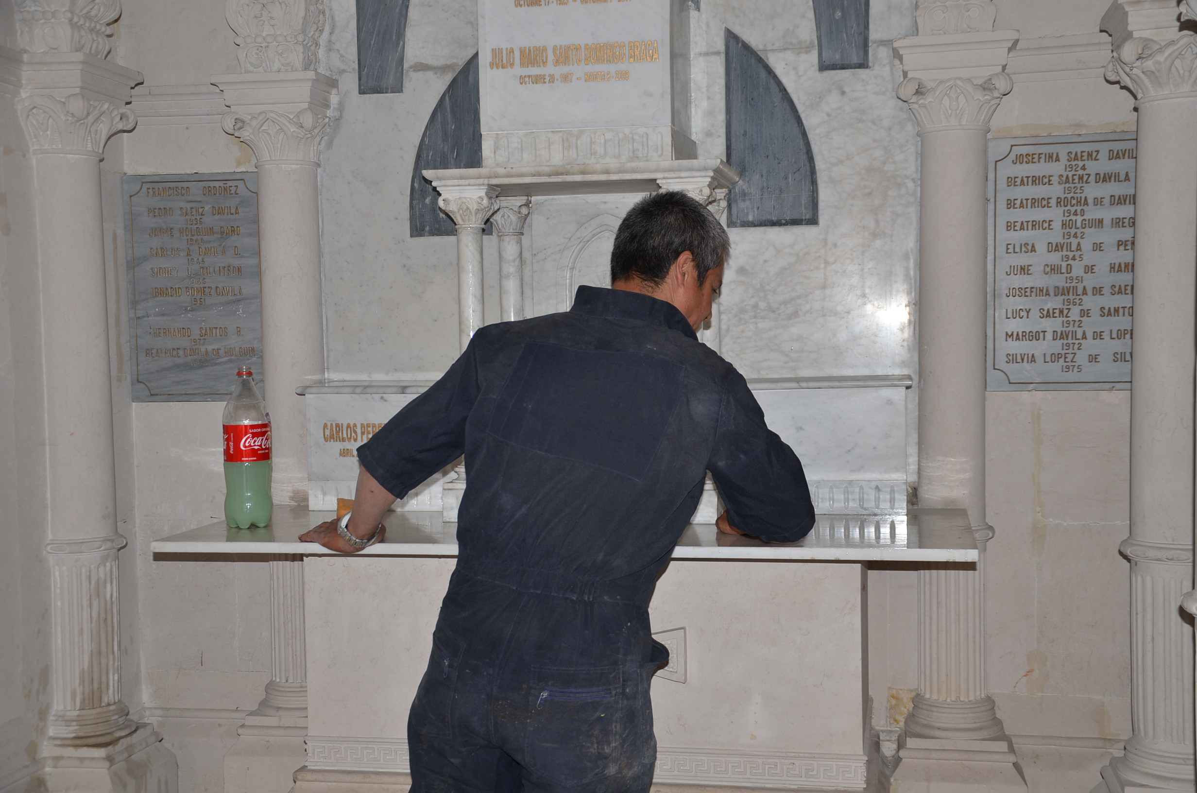 Operario limpiando mausoleo